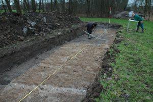 © Landschap Erfgoed Utrecht. Een impressie van het onderzoek door middel van proefsleuven door RAAP in 2008. Op de achtergrond het Bosje van Goes.